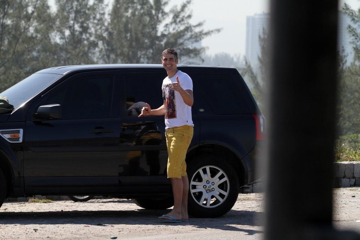 2.ago.2013 - Antes de entrar no carro e deixar a praia da Reserva, na zona oeste do Rio, o ator Reynaldo Gianecchini acena para o paparazzo