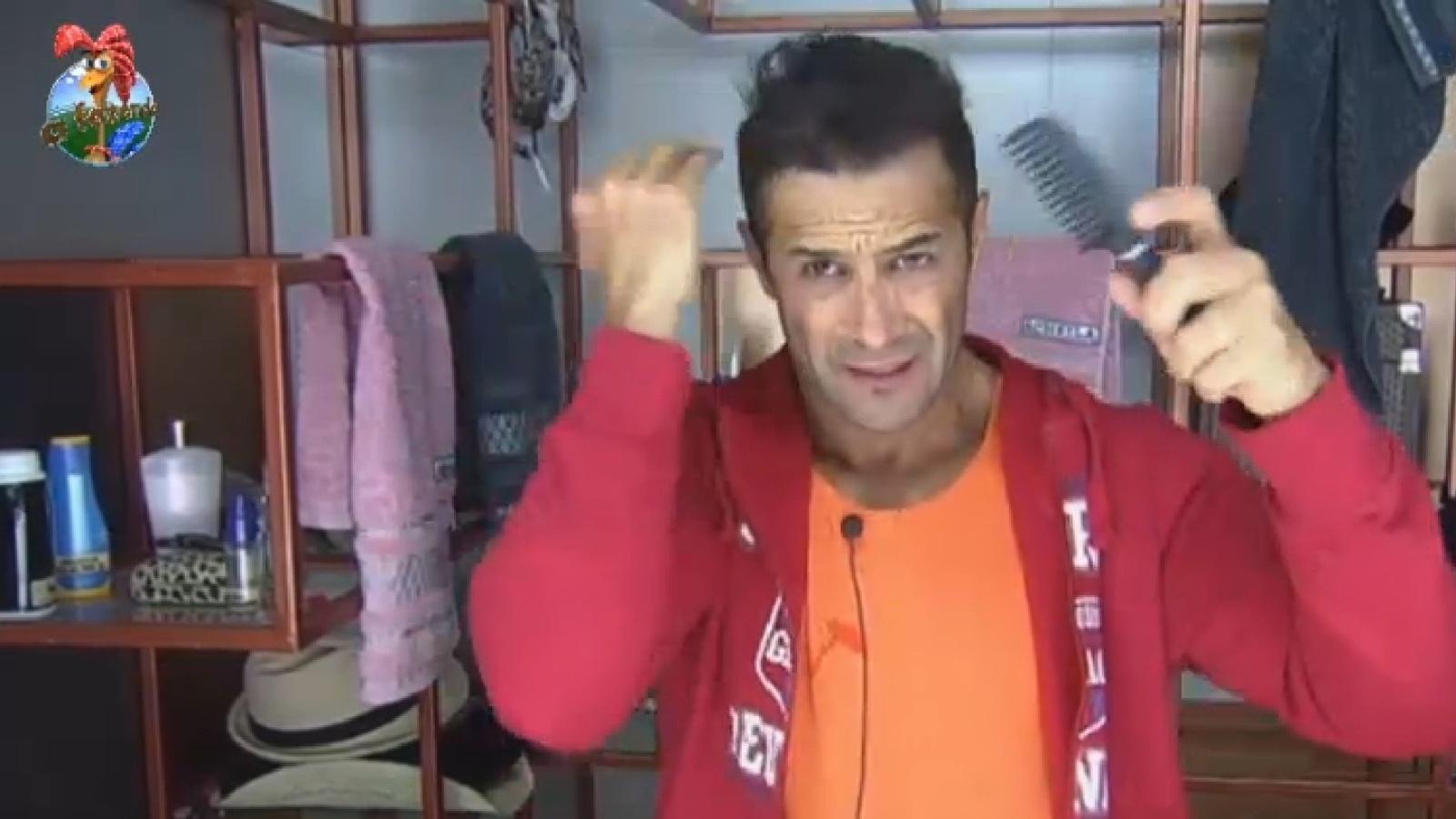 2.ago.2013 - Após festa, Marcos Oliver se prepara para começar o dia