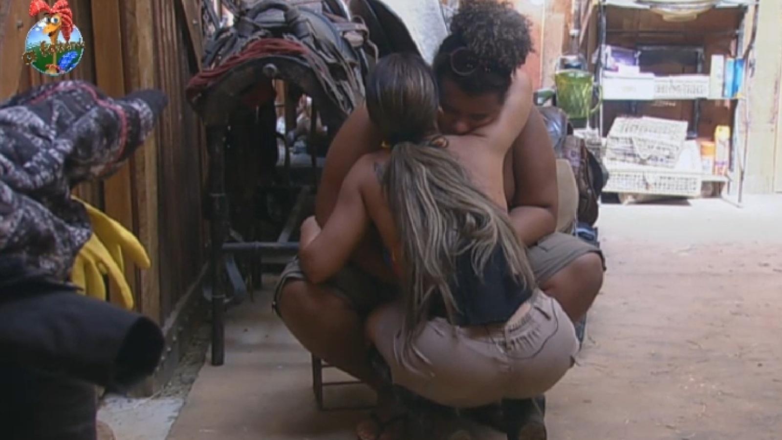 2.ago.2013 - Denise Rocha dá abraço em Gominho no celeiro