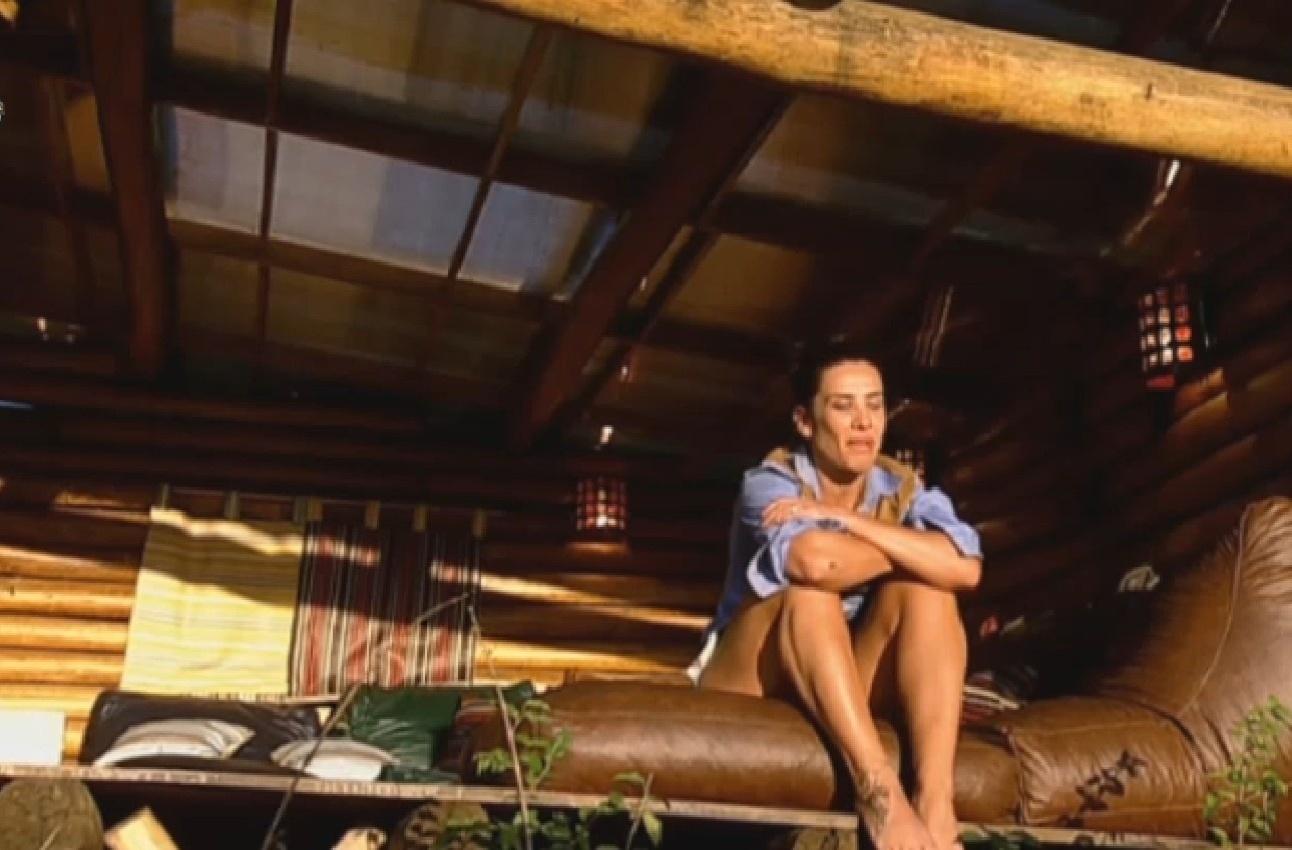 2.ago.2013 - Isolada, Scheila Carvalho contempla pôr do sol e chora na casa da árvore