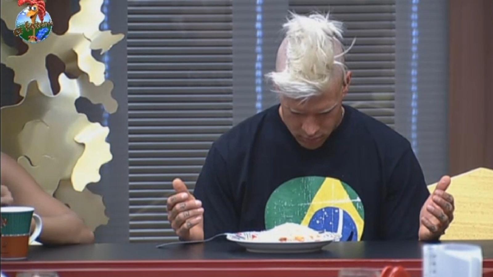 2.ago.2013 - Mateus Verdelho reza antes de comer