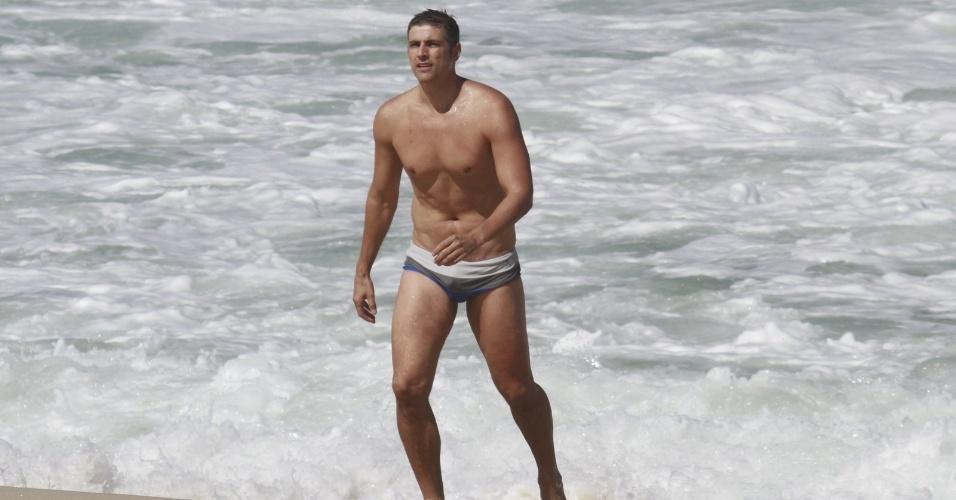 2.ago.2013 - Mesmo com o dia frio, Reynaldo Gianecchini mergulha na praia da Reserva, na zona oeste do Rio