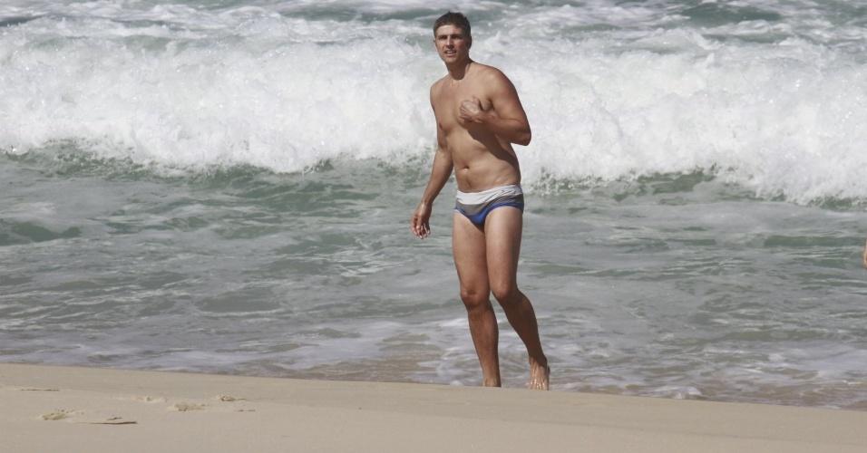2.ago.2013 - O ator Reynaldo Gianecchini mergulha na praia da Reserva, na zona oeste do Rio
