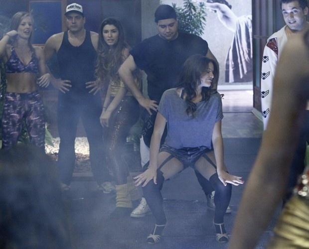 Atriz Bruna Marquezine dança funk durante ensaio do