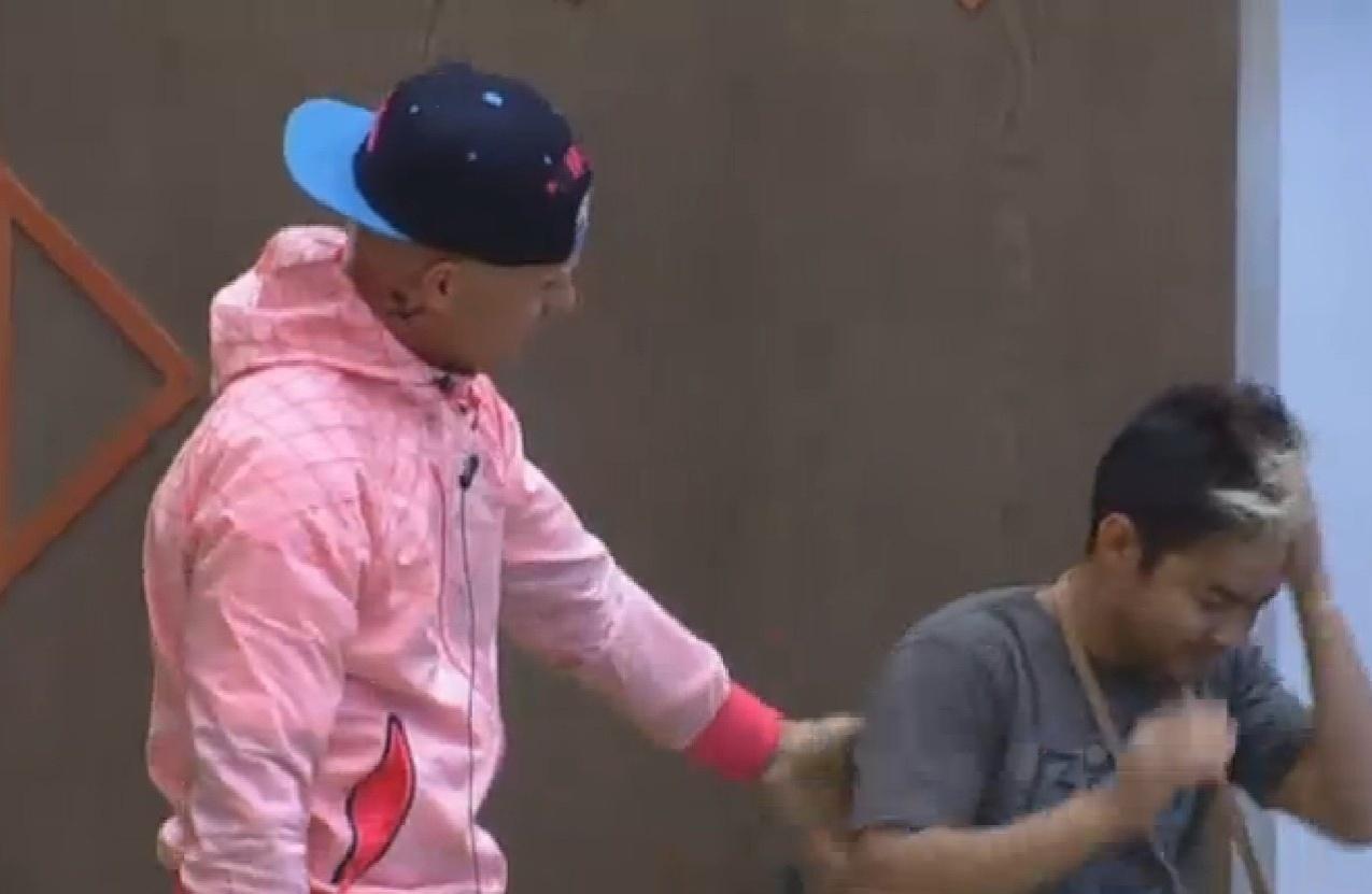 03.ago.2013 - Aniversariante do dia, Yudi Tamashiro recebe carinho de Mateus Verdelho