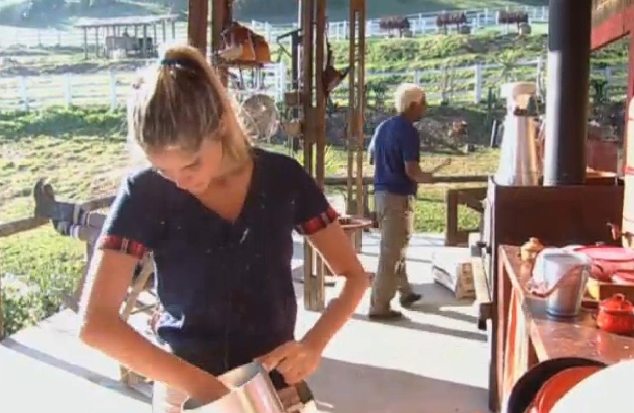 03.ago.2013 - Bárbara Evans lava leiteira para ferver leite da cabra
