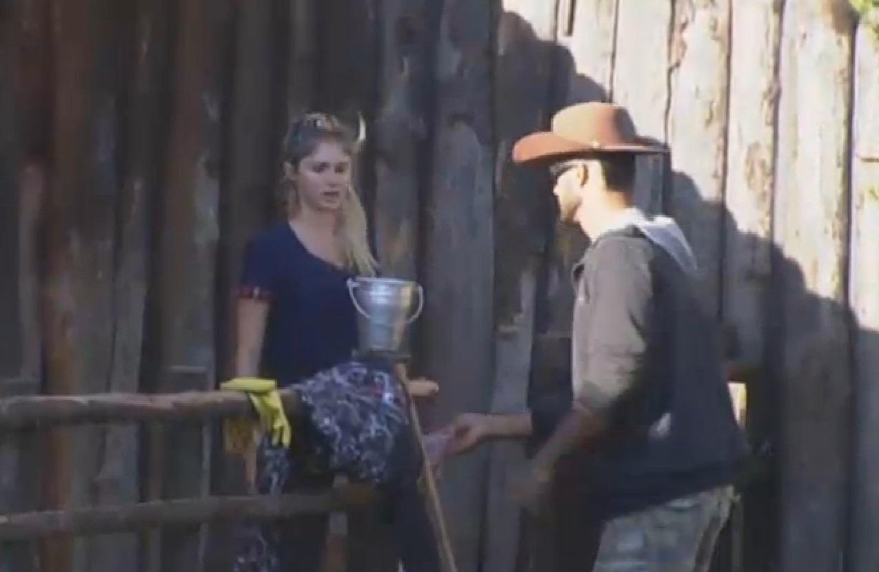 03.ago.2013 - Bárbara Evans recebe ajuda de Beto Malfacini