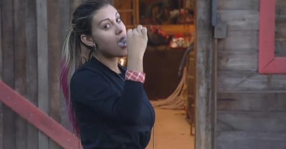3.ago.2013 - Andressa Urach escova os dentes antes do café da manhã