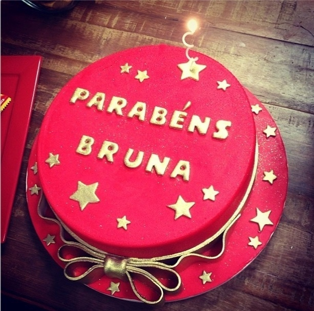 3.ago.2013 - Bruna Marquezine ganha bolo de aniversário