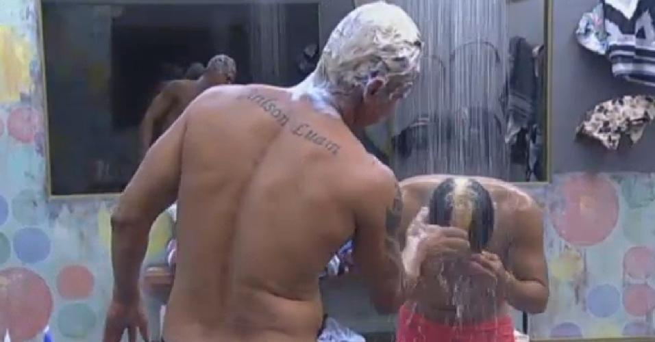 3.ago.2013 - No banho, Paulo Nunes ajuda Yudi a tirar o sabão e a tinta do cabelo