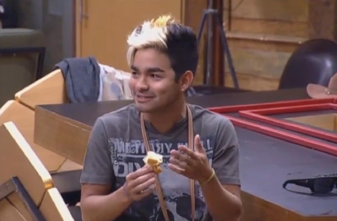 3.ago.2013 - O apresentador exibiu novo visual neste sábado, com o cabelo mais loiro