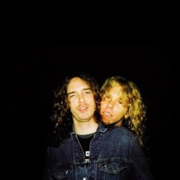 James Hetfield ao lado de Cliff Burton, baixista clássico do Metallica, que morreu no 1986