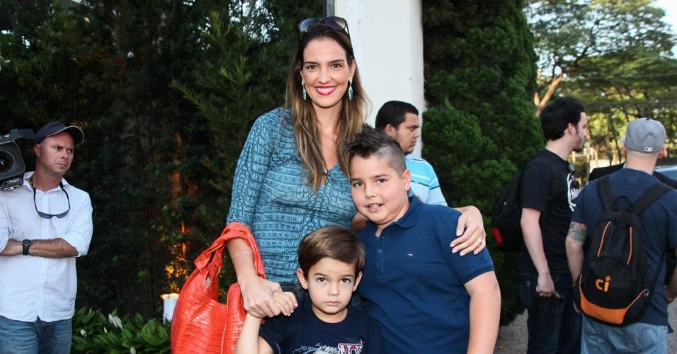 04.ag.2013 - Luciana, mulher do Faustão com os filhos na festa de Rafa