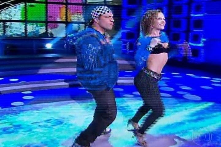 04.ago.2013 - Daniel Boaventura dança funk na competição