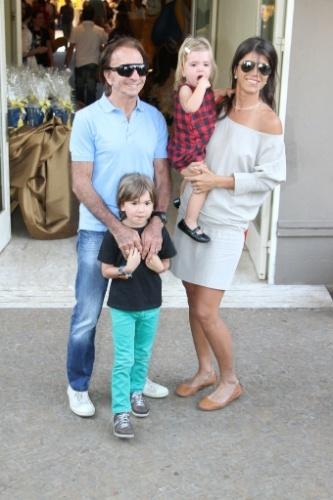 04.ago.2013 - Emerson Fittipaldi com a mulher e os filhos