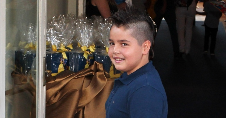 04.ago.2013 - Filho do Faustão, João Guilherme usa penteado moicano no aniversário de Rafaella Justus