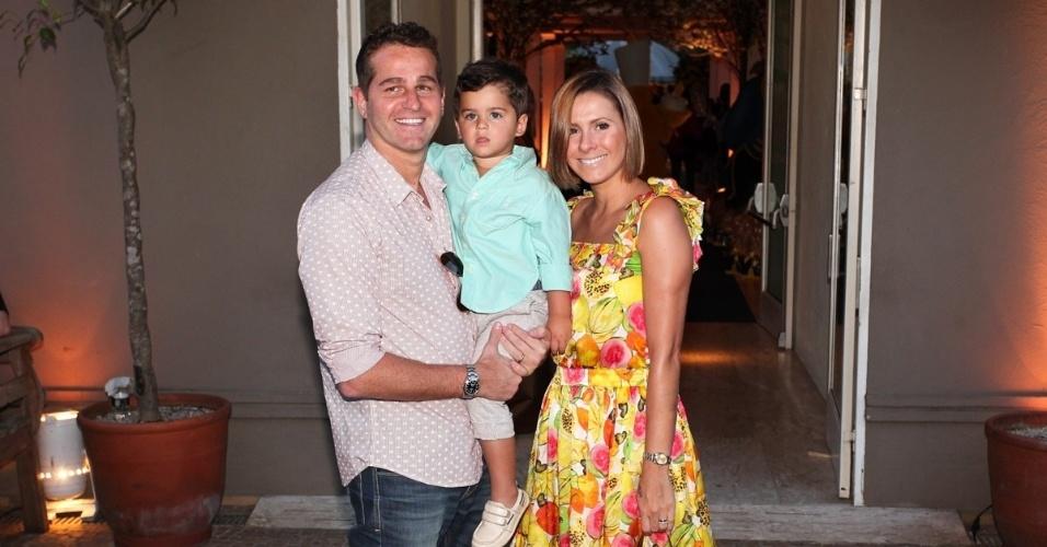 04.ago.2013 - Afonso Nigro vai à festa de Rafaella Justus com a mulher e o filho