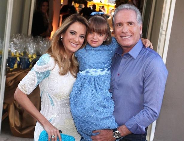 04.ago.2013 - Rafaella Justus e os pais 3