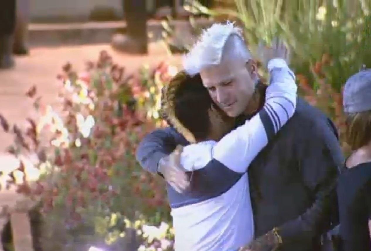 04.ago.2013 - Yudi Tamashiro recebe abraço de Mateus Verdelho em festa de aniversário