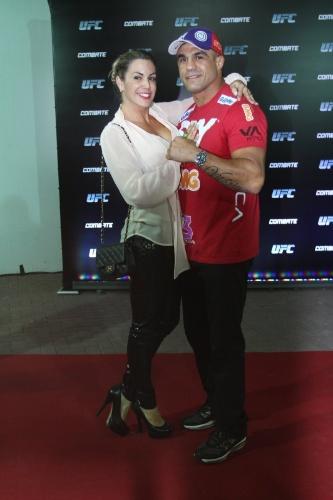 3.ago.2013 - Ao chegar ao evento acompanhada do marido, Vitor Belfort, Joana Prado revelou que vive