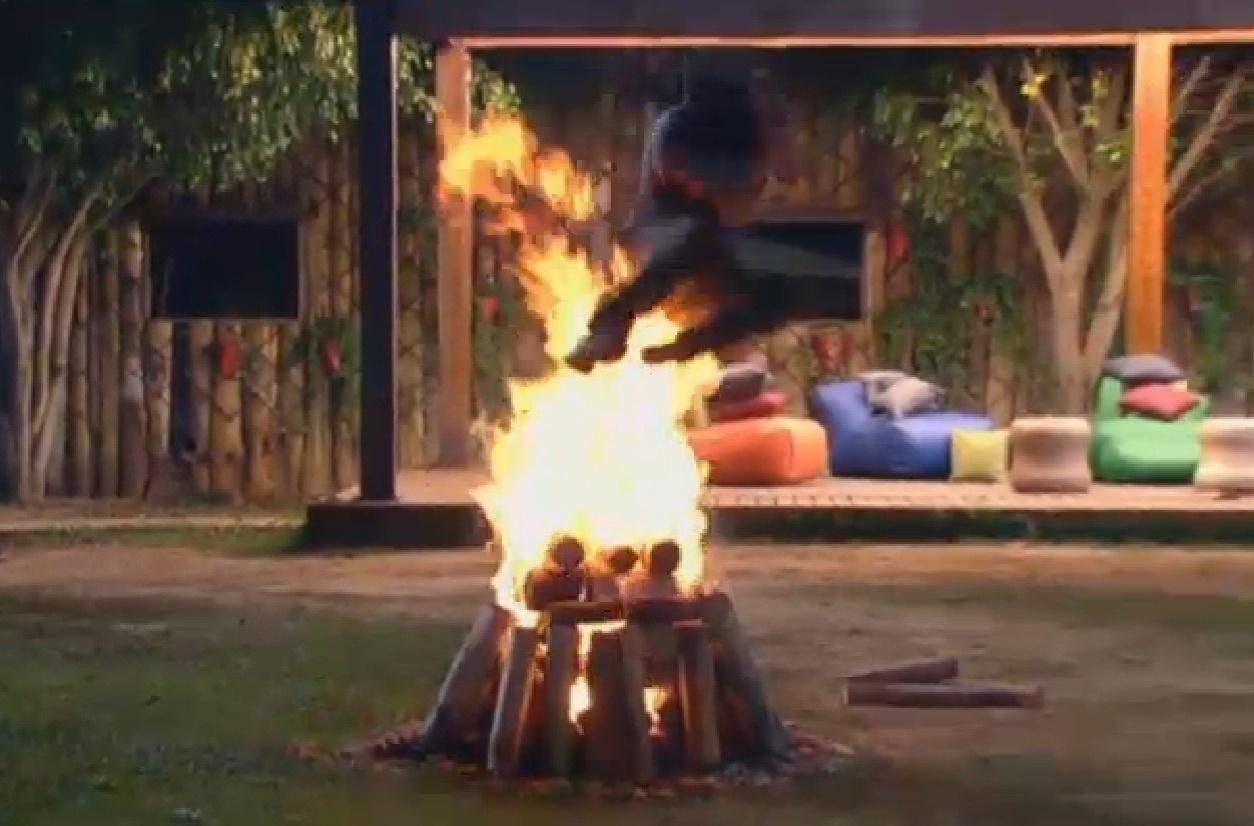 3.ago.2013 - Beto Malfacini pula fogueira na noite deste sábado