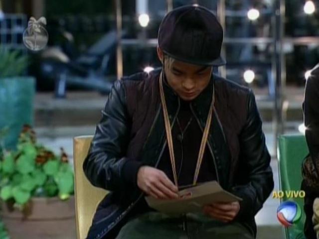 3.ago.2013 - Yudi lê o primeiro envelope da arca e escolhe a imunidade ao invés de cartas de familiares