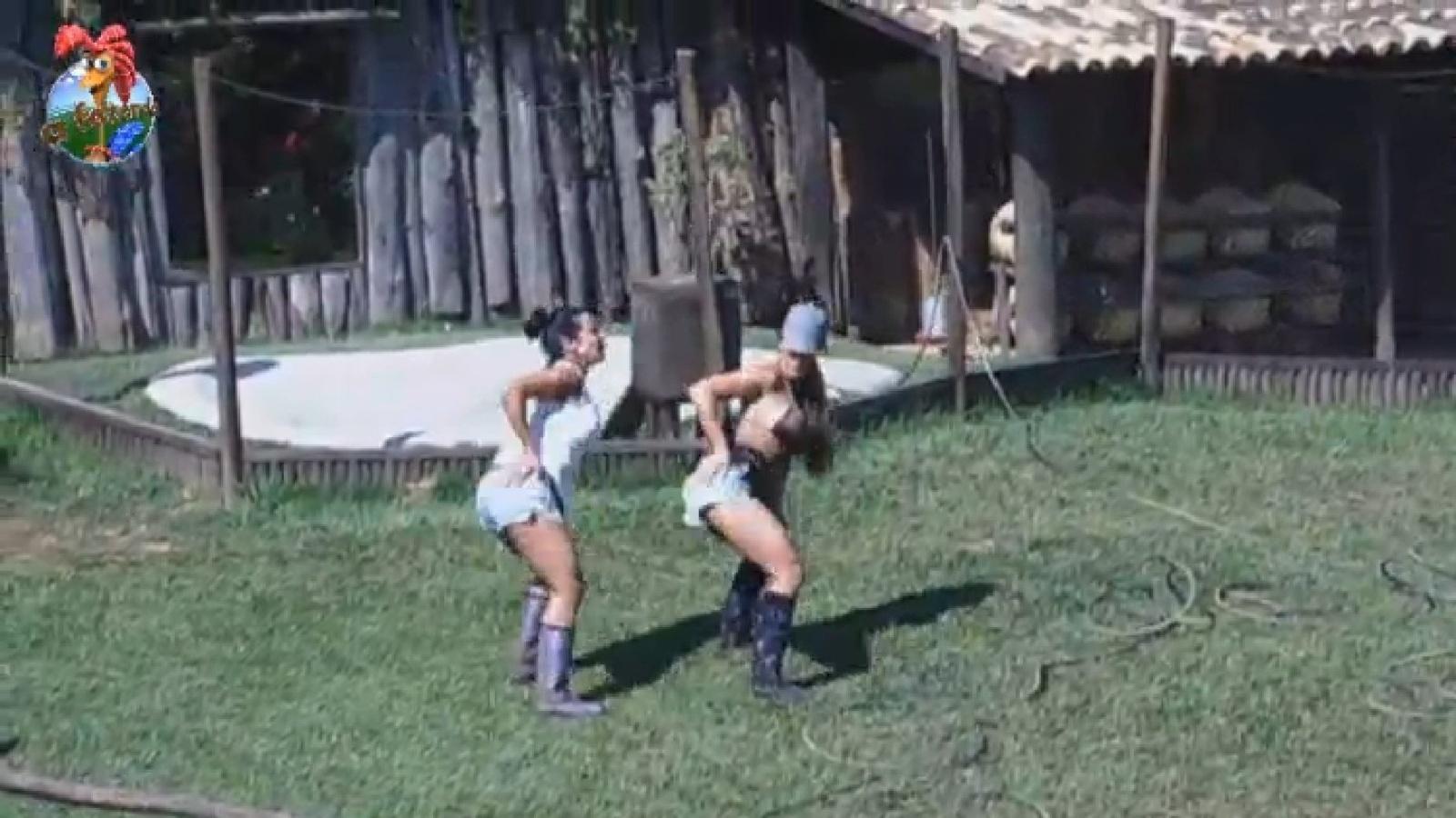 4.ago.2013 - Scheila Carvalho e Denise Rocha relembram coreografia do grupo É o Tchan