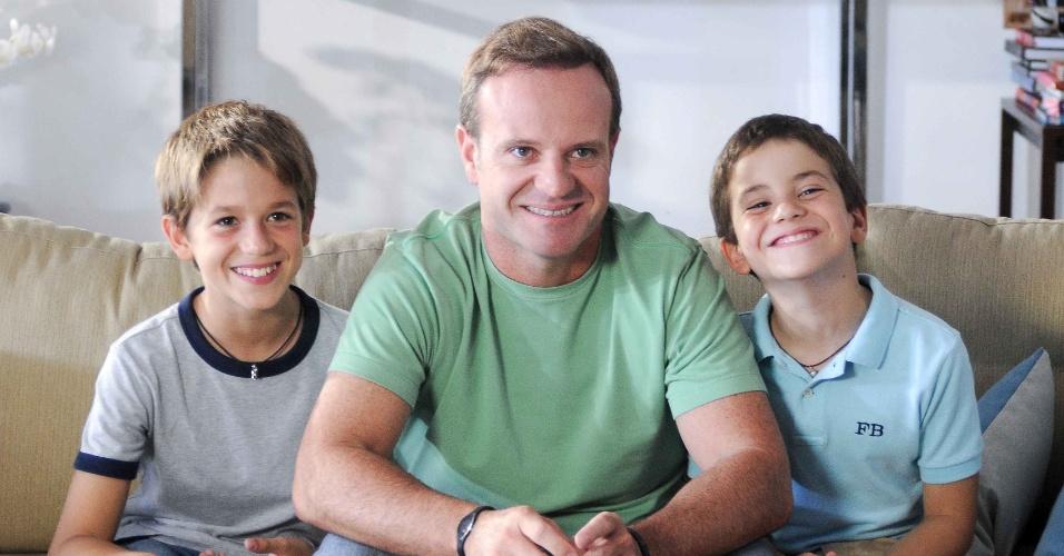 Rubinho Barrichello grava comercial ao lado dos filhos