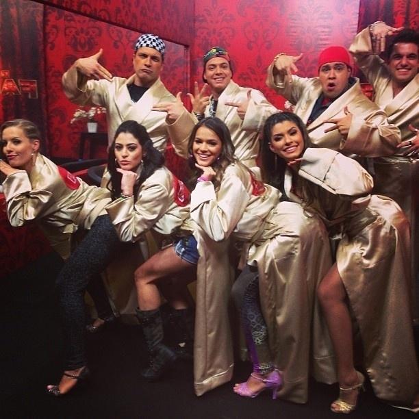 04.ago.2013 - Bruna Marquezine faz a pose da cantora Anitta no clipe de
