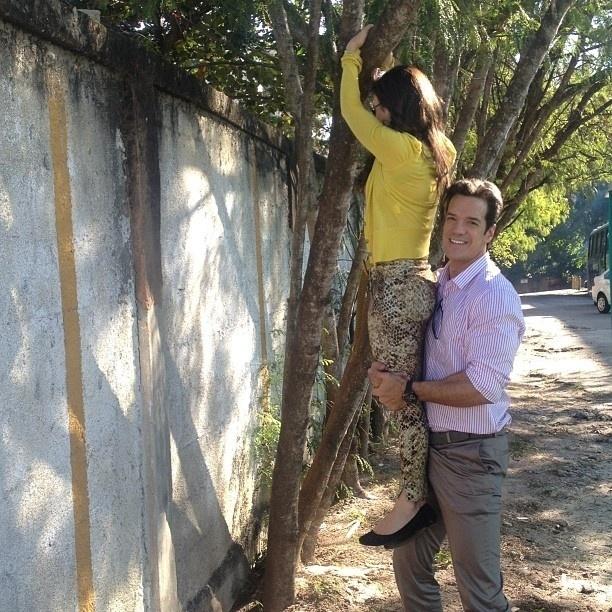 5.ago.2013 - Carlos Machado carrega Tatá Werneck em gravação de