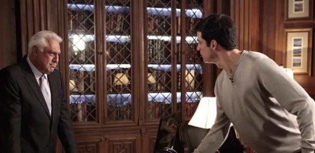 """Em """"Amor à Vida"""", Félix expulsa César de casa e ameaça bater no pai"""