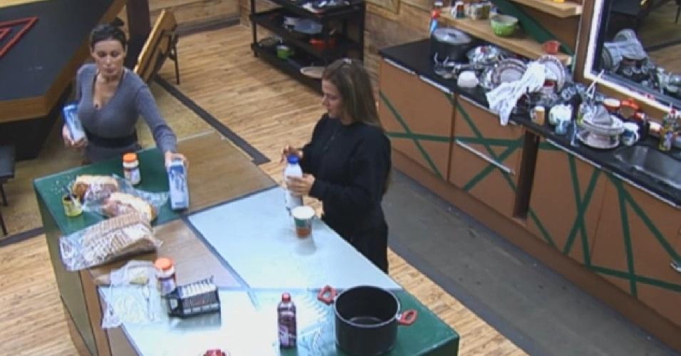 06.ago.2013 - Denise e Andressa tomam café da manhã juntas
