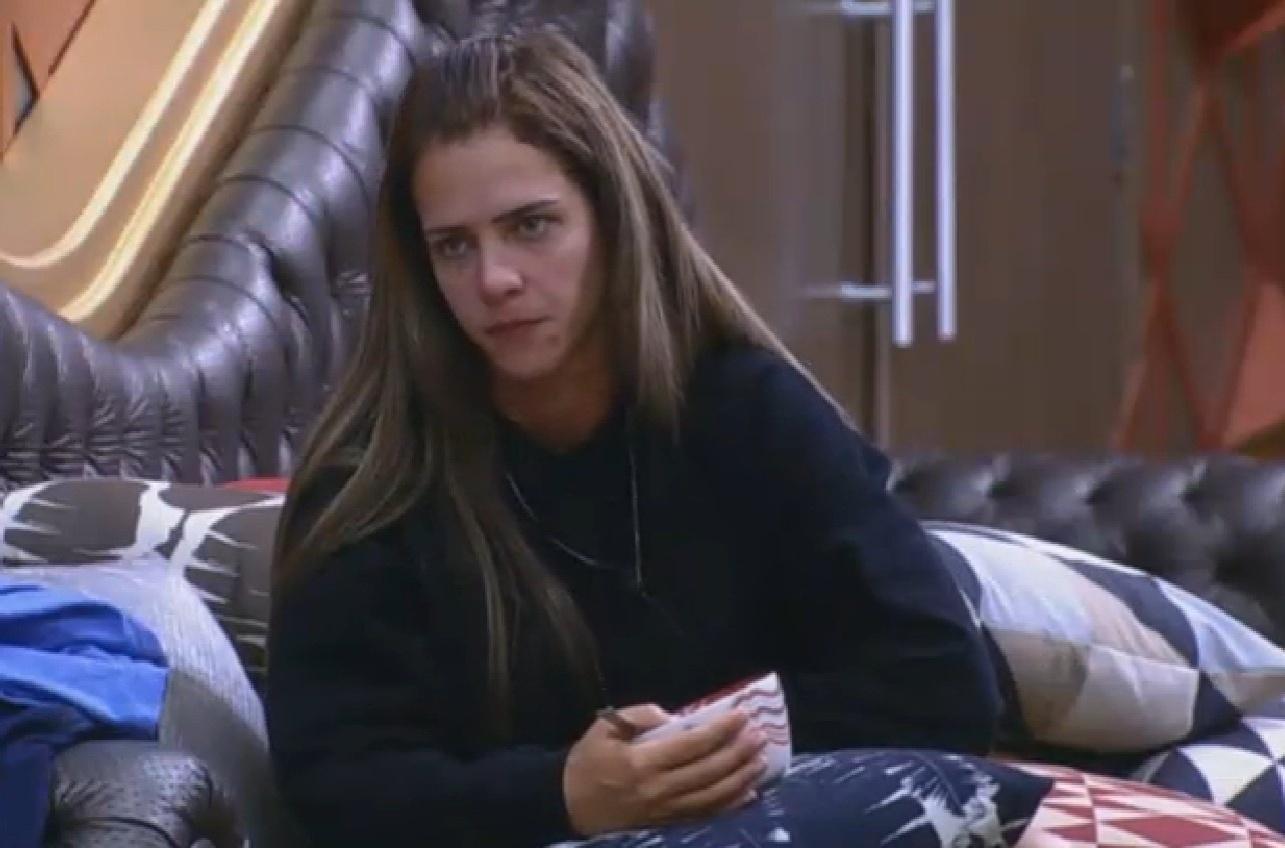 06.ago.2013 - Denise fica pensativa no dia de sua roça