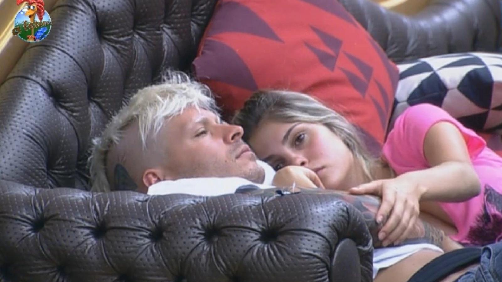 06.ago.2013 - Mateus e Bárbara descansam abraçados no sofá da sede na manhã desta terça-feira