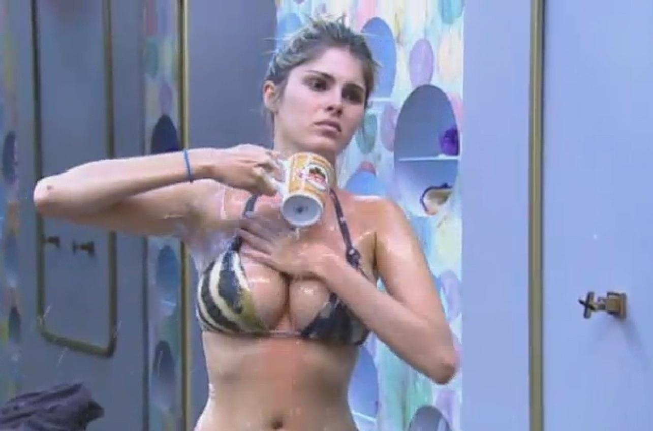 06.ago.2013 - Parece que a modelo não gostou muito do banho