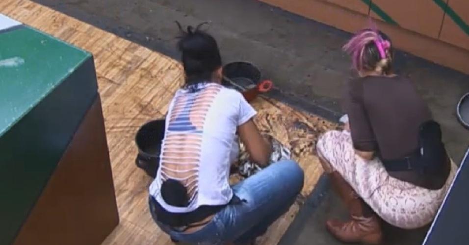 06.ago.2013 - Scheila recebe ajuda de Andressa ao limpar a cozinha