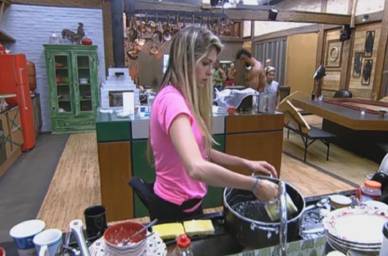 06.ago.2013 - Sem água, Bárbara improvisa na hora de lavar a louça