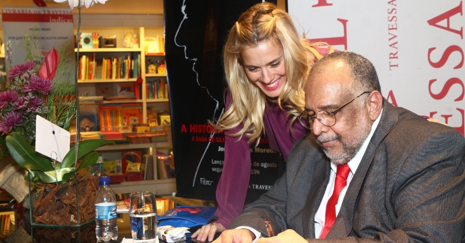 5.ago.2013 - A atriz Carolina Dieckmann prestigia o jornalista Jorge Bastos Moreno na sessão de autógrafos do livro