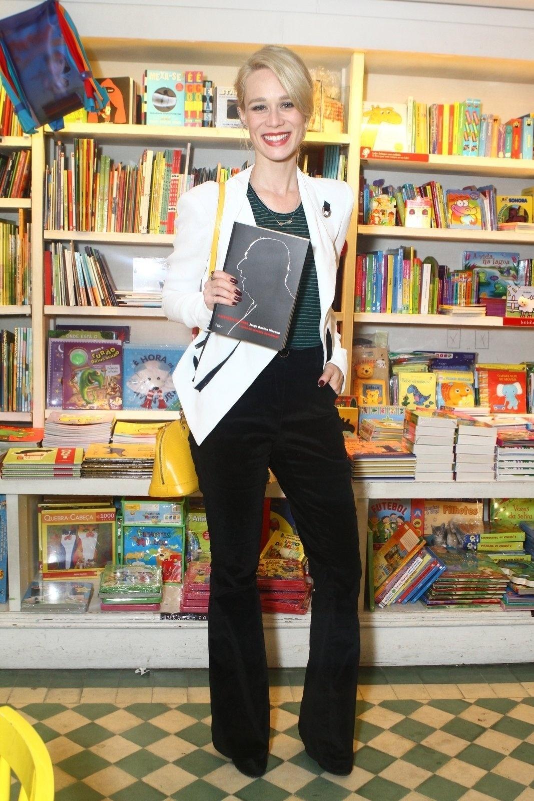 5.ago.2013 - A atriz Mariana Ximenes prestigia o jornalista Jorge Bastos Moreno na sessão de autógrafos do livro