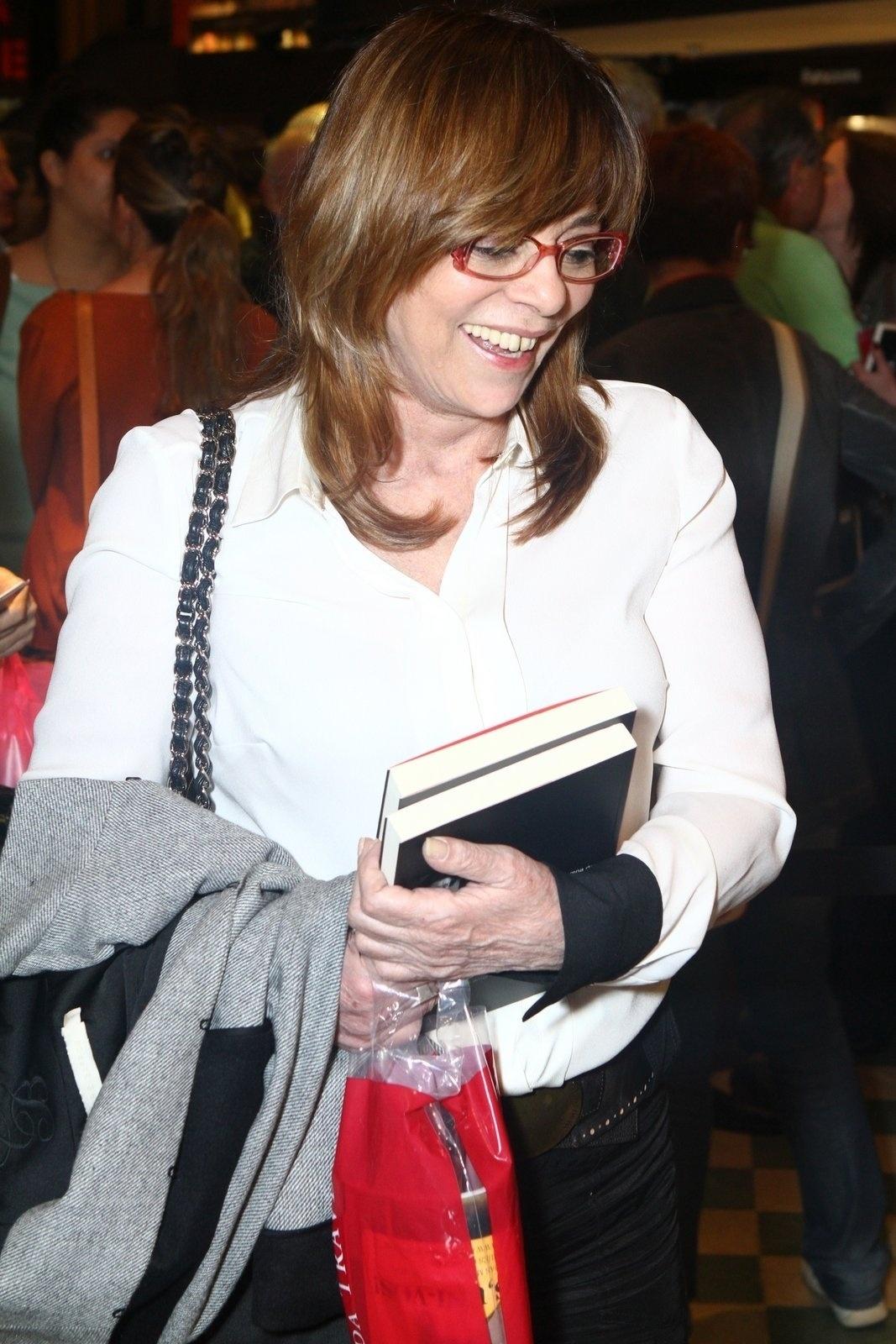 5.ago.2013 - A autora Gloria Perez prestigia a sessão de autógrafos do livro