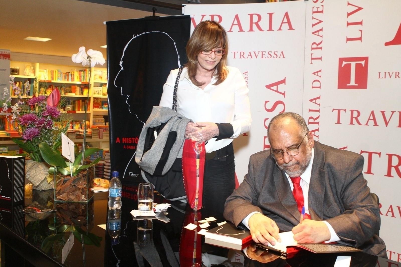 5.ago.2013 - A autora Gloria Perez prestigia o jornalista Jorge Bastos Moreno na sessão de autógrafos do livro