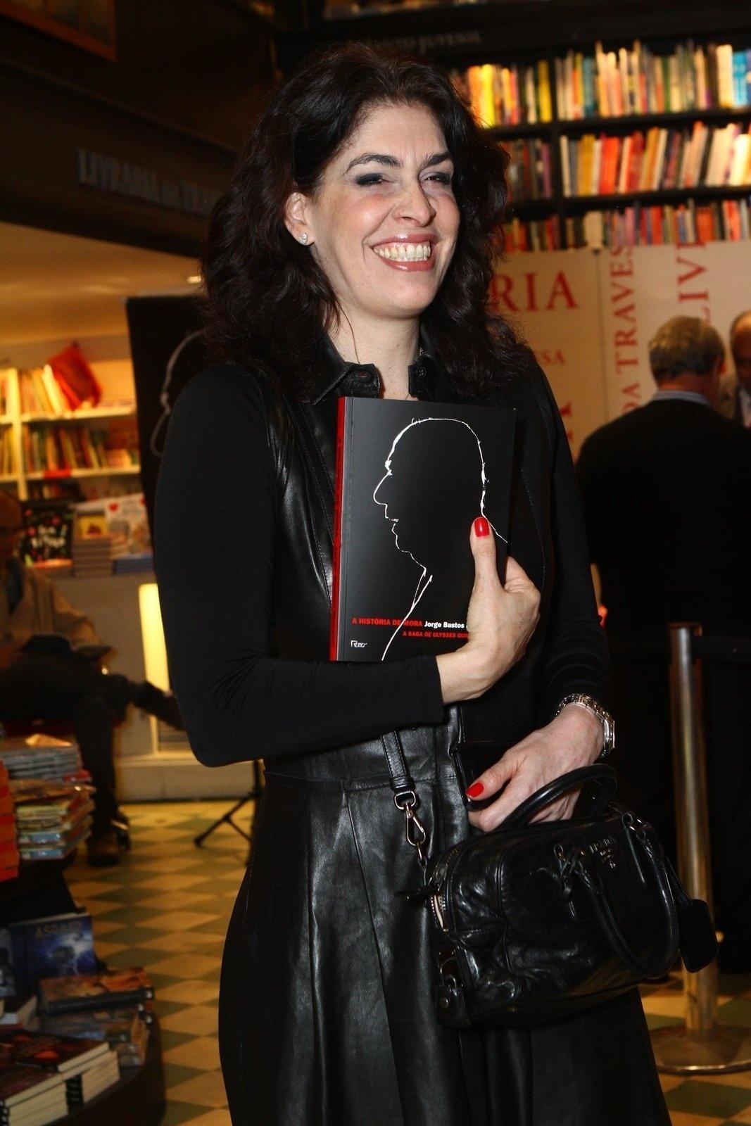 5.ago.2013 - A empresária Paula Lavigne prestigia o jornalista Jorge Bastos Moreno na sessão de autógrafos do livro