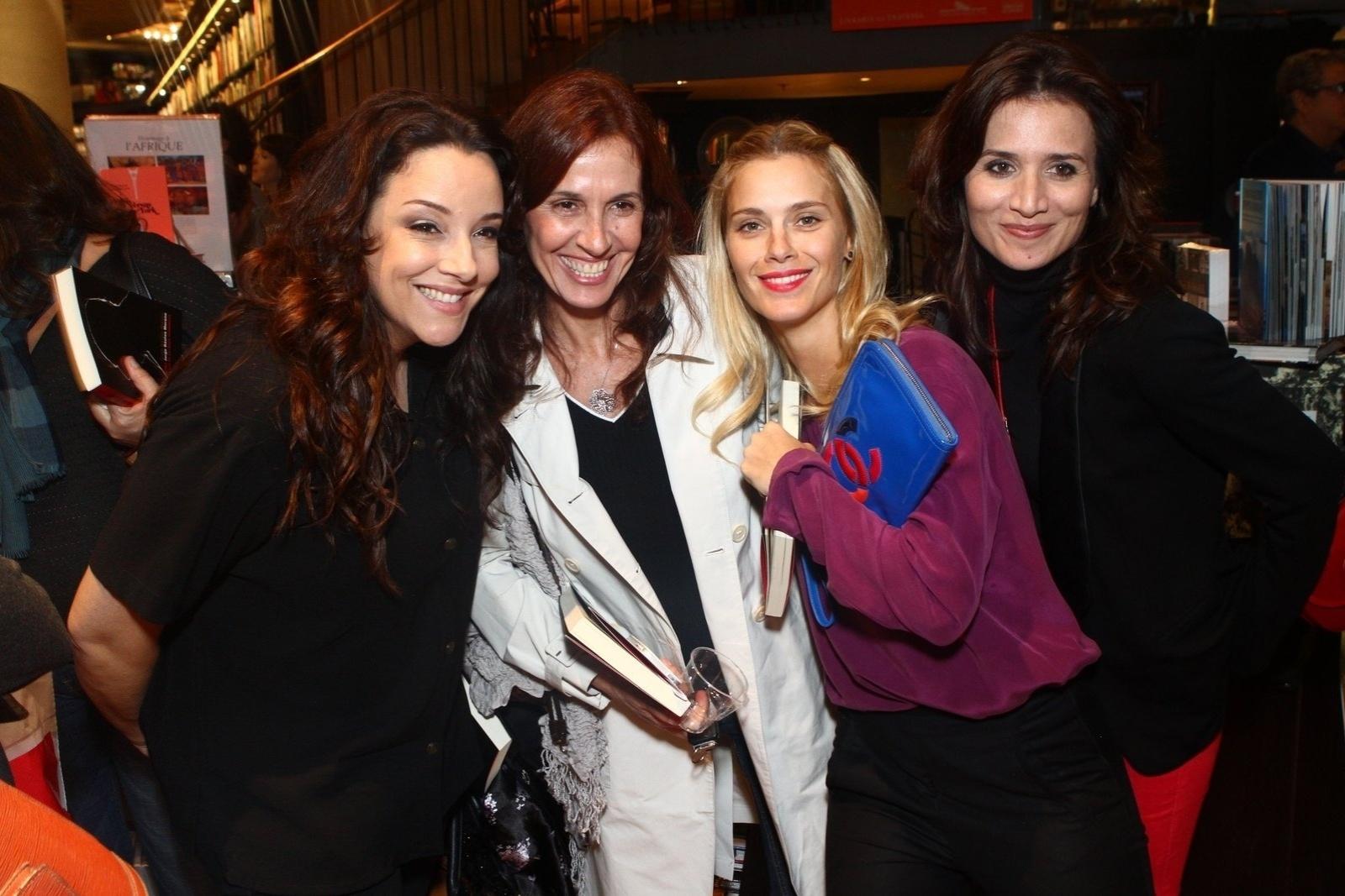 5.ago.2013 - Ana Carolina, Flora Gil, Carolina Dieckmann e Chiara Civello posam juntas na sessão de autógrafos do livro