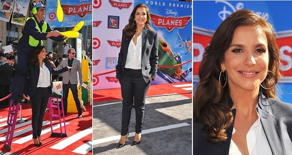 5.ago.2013 - Cantora Ivete Sangalo divulga filme da Disney em Hollywood e posa ao lado de malabarista