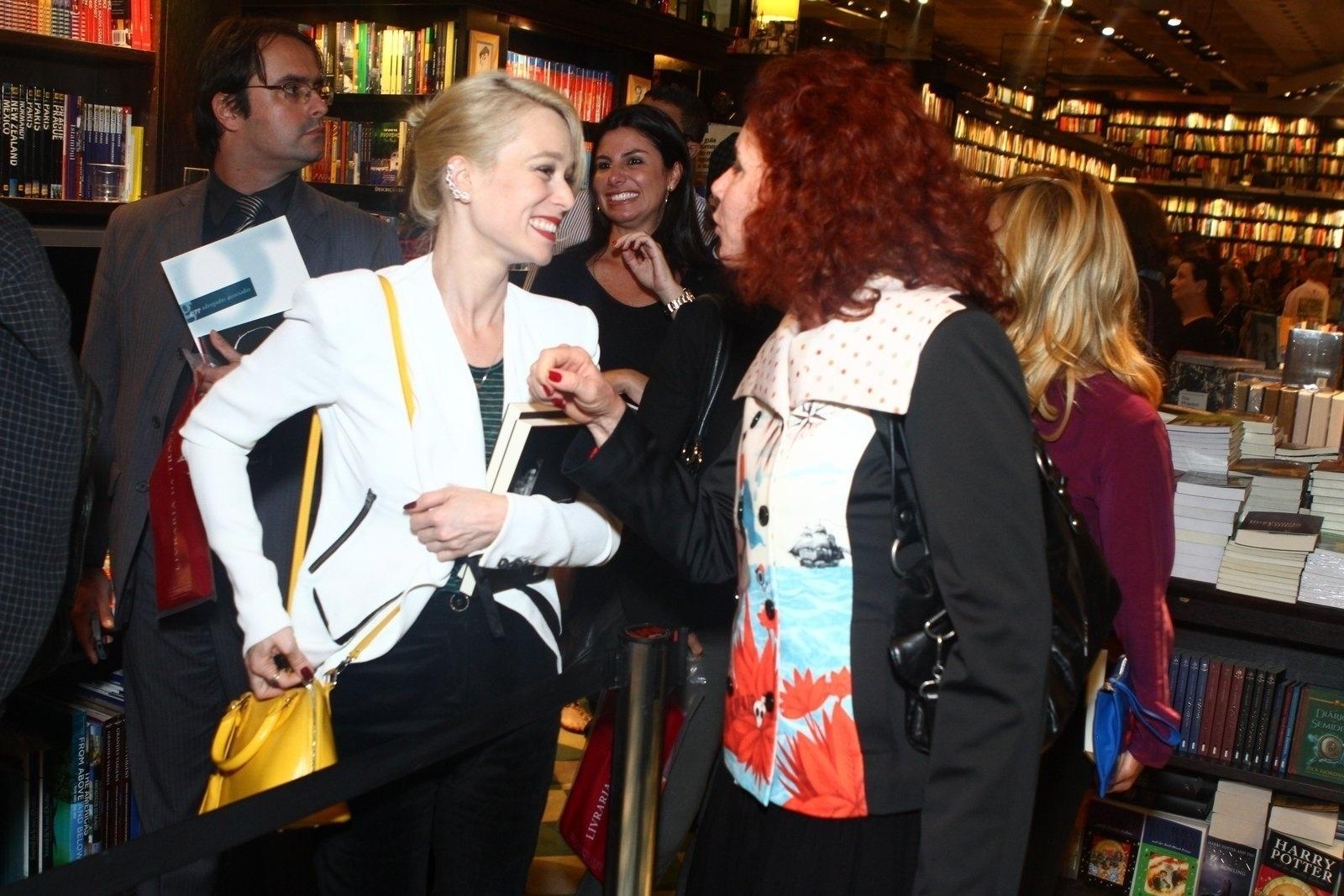 5.ago.2013 - Mariana Ximenes conversa com a jornalista Leilane Neubarth na sessão de autógrafos do livro