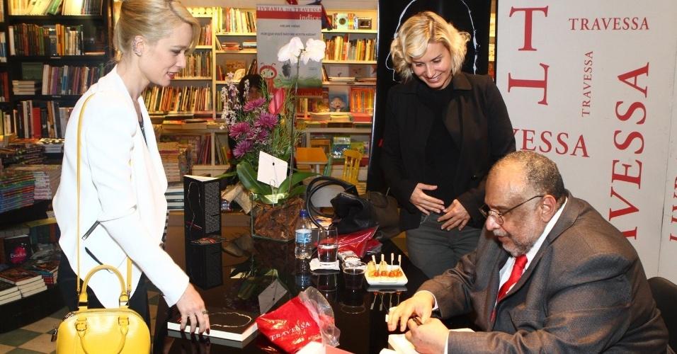 5.ago.2013 - Paula Burlamaqui e Mariana Ximenes prestigiam o jornalista Jorge Bastos Moreno na sessão de autógrafos do livro