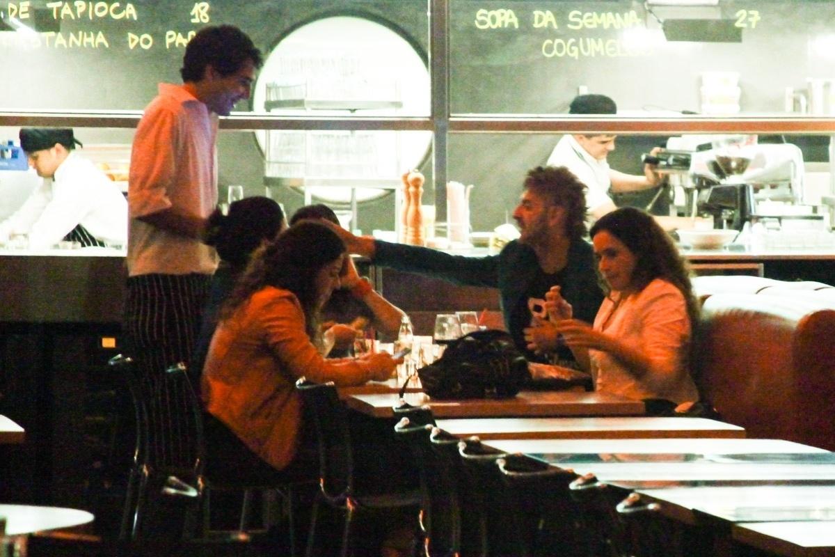 6.ago.2013 - A cantora Daniela Mercury sai para jantar com a namorada Malu Verçosa e amigos no restaurante Spot, em São Paulo