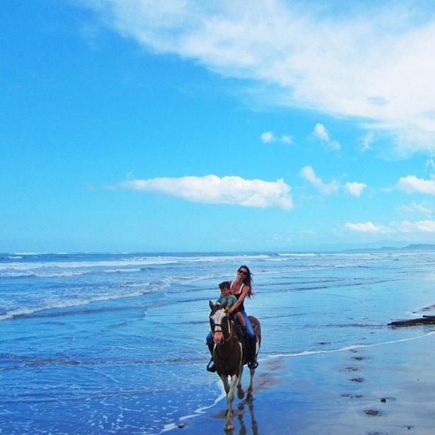 6.ago.2013 - Gisele Bündchen anda a cavalo com o filho Benjamin em uma praia e publica foto no Instagram
