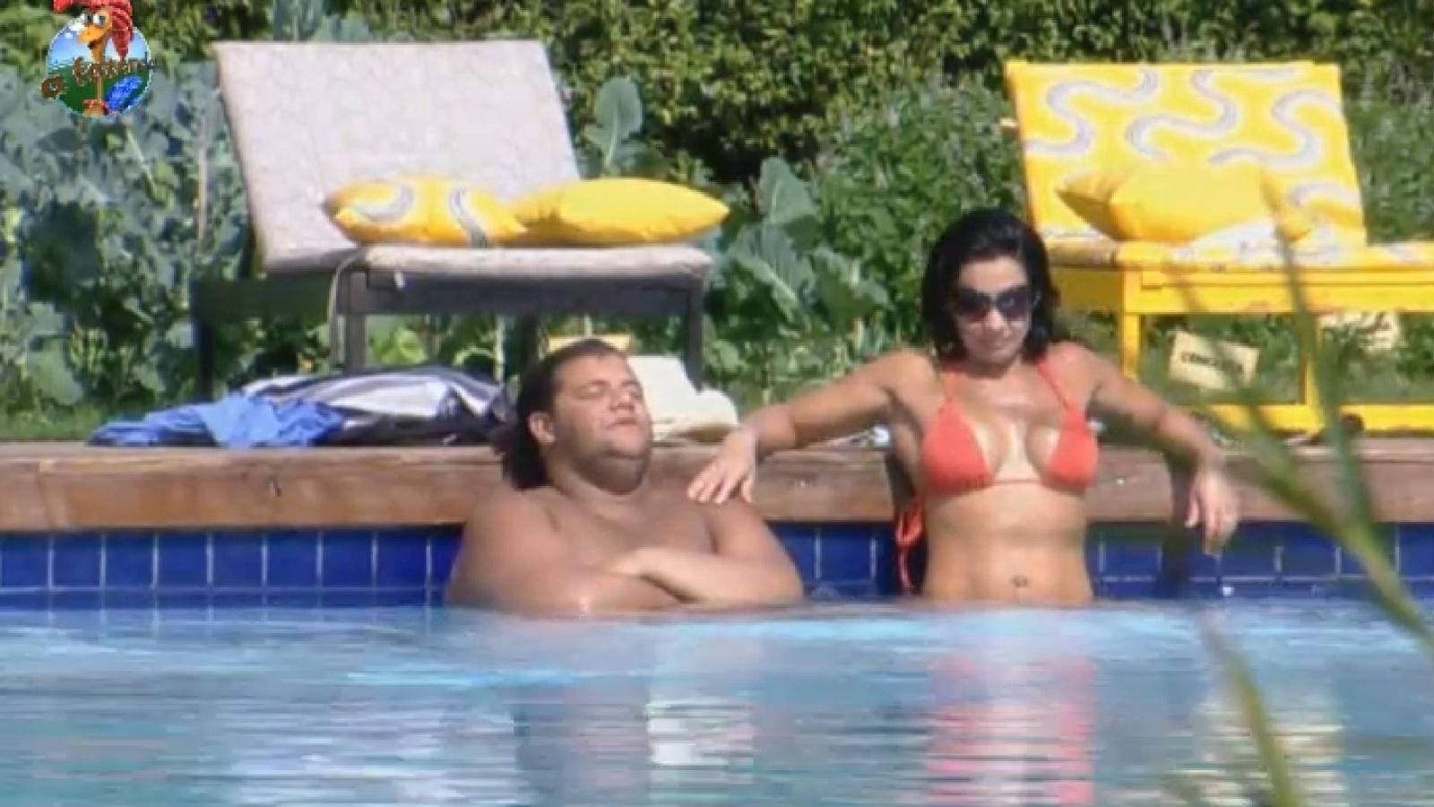 6.ago.2013 - Gominho e Scheila Carvalho conversam sobre o convívio com os peões na piscinana piscina