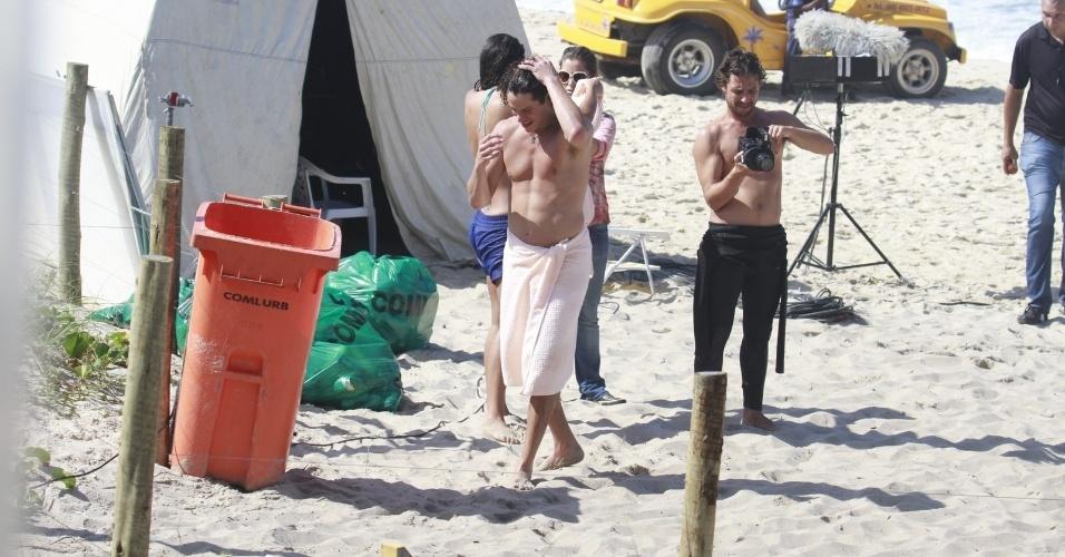 """6.ago.2013 - José Loreto exibe boa forma ao andar de toalha durante gravação de """"Flor do Caribe"""" na Prainha, no Rio de Janeiro.. Na trama, ele é Candinho"""